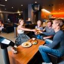 Pallojen vierittämisen ohella keilahallilla voi nauttia makoisia naposteltavia ja virkistäviä juomia.