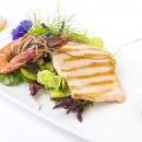 Värske salat, madalal temperatuuril küpsetatud  forelli & grillitud tiigerkrevetiga