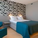 Kahekohaline tuba ühe laia voodiga