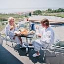 TERVISE PARADIIS_paar hotellitoa rõdul_couple on the hotel room balcony (1).jpg